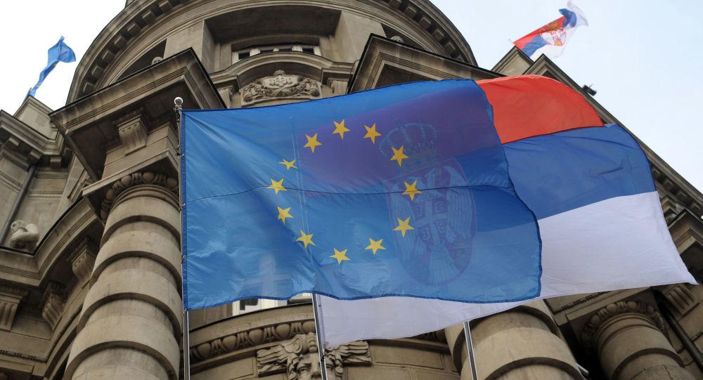 Vlajky EU a Srbska v Bělehradu
