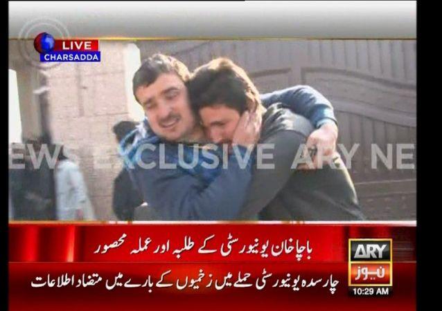 Evakuace lidí po útoku Talibanu na univerzitu v Pákistánu