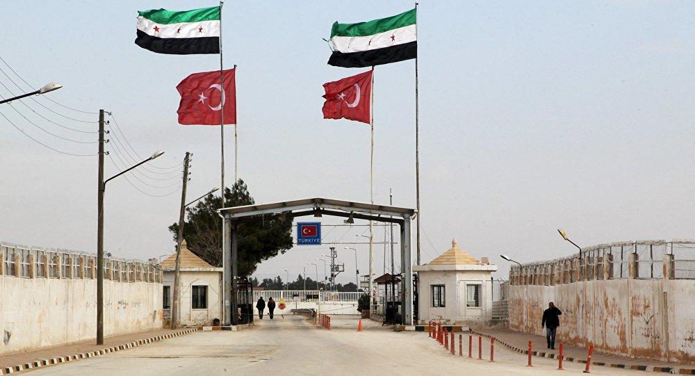 Vlajky Svobodné syrské armády a Turecka na turecko-syrské hranici u Aleppa. 18. ledna 2016