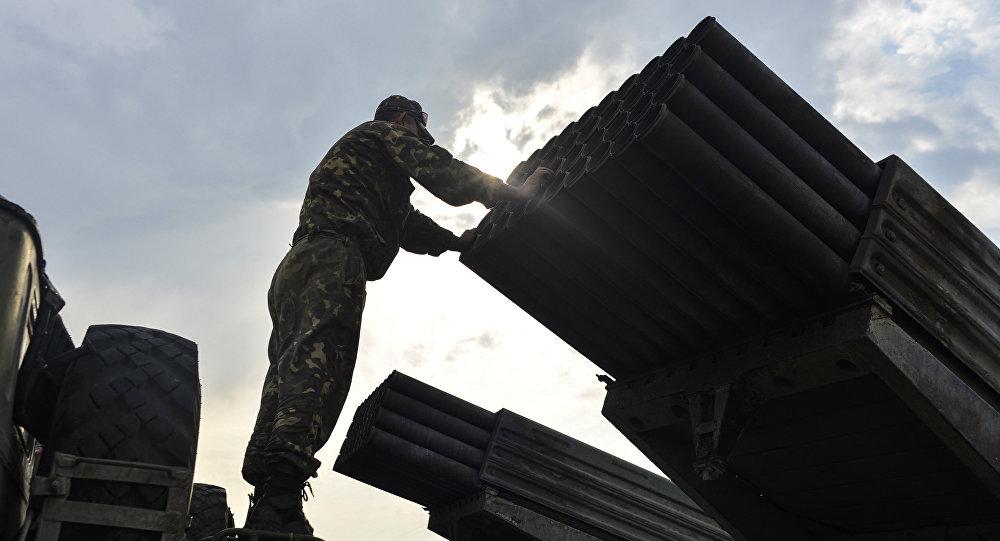 Ukrajinský voják vedle systému Grad