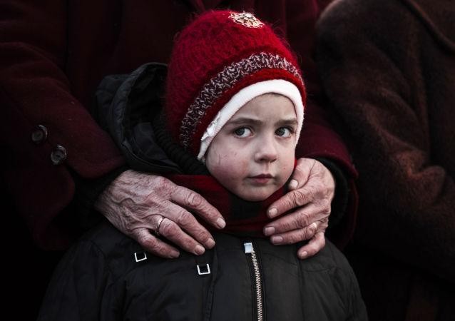 Holčička ve frontě na humanitární pomoc v Debalceve