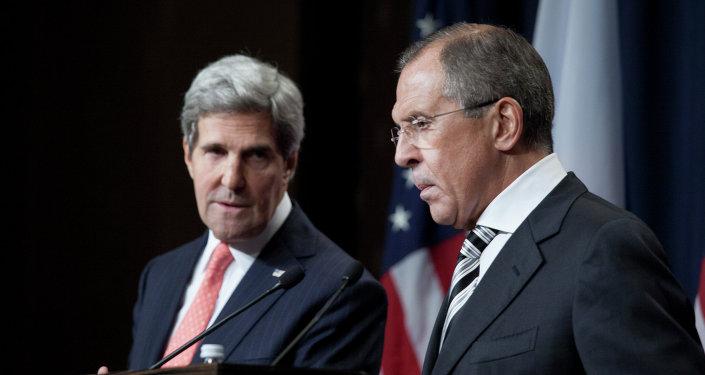 Ruský ministr zahraničí Sergej Lavrov a jeho americký protějšek John Kerry