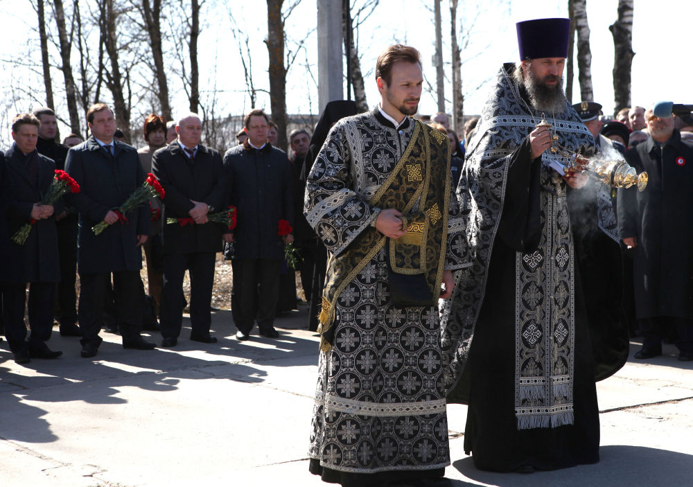 Květiny a svíčky na památku obětí havárie u Smolensku