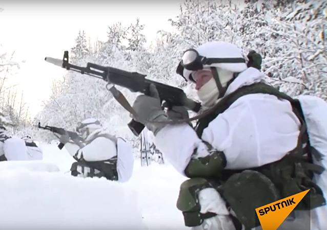 Motostřelecké cvičení na sněžných skútrech v Murmanské oblasti