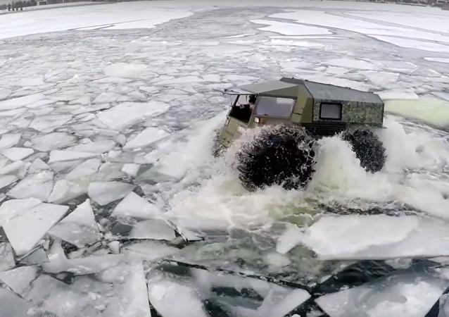 """Neudržitelný: ruské """"terénní vozidlo"""" dokáže proplout všude"""