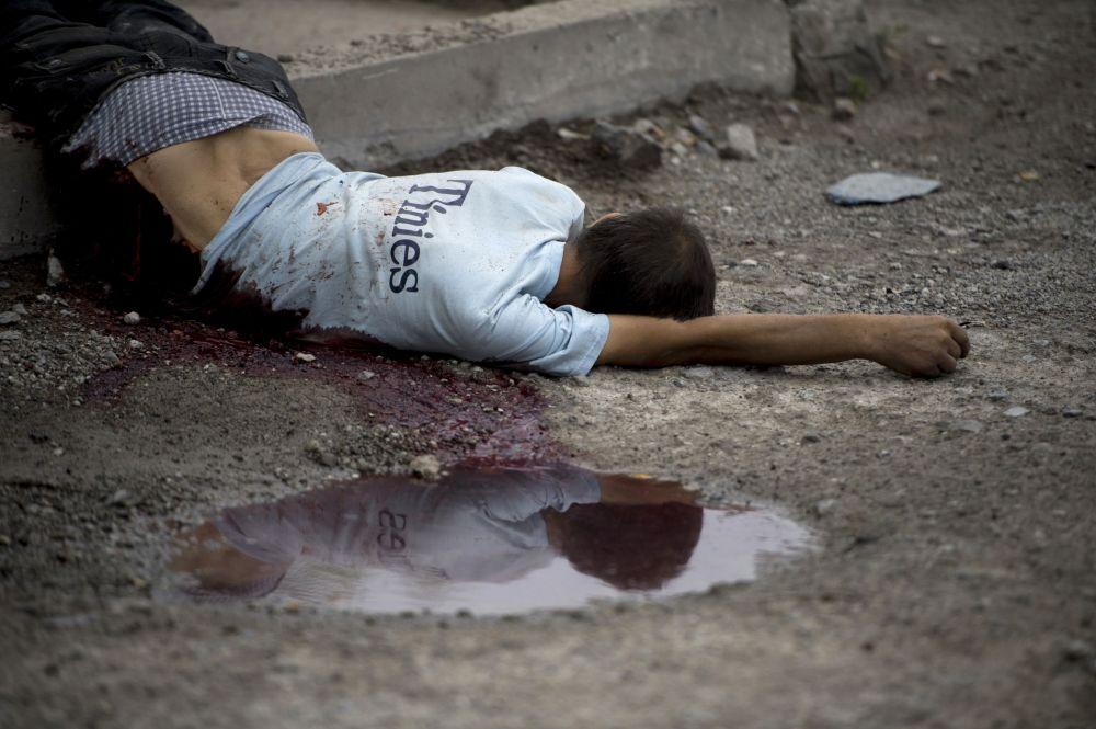 Místní obyvatel, který přišel o život během ostřelování  Luhansku