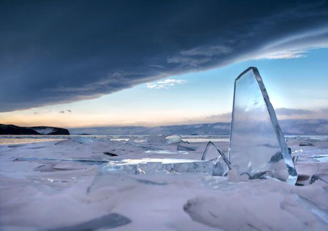 Přesná hloubka jezera není do dneška známa. Mezi experty existuje teorie, že Bajkal je spojený se světovým oceánem