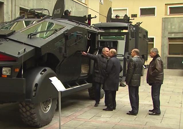 Šéf Federální bezpečnostní služby předvedl Putinovi nejnovější obrněná vozidla