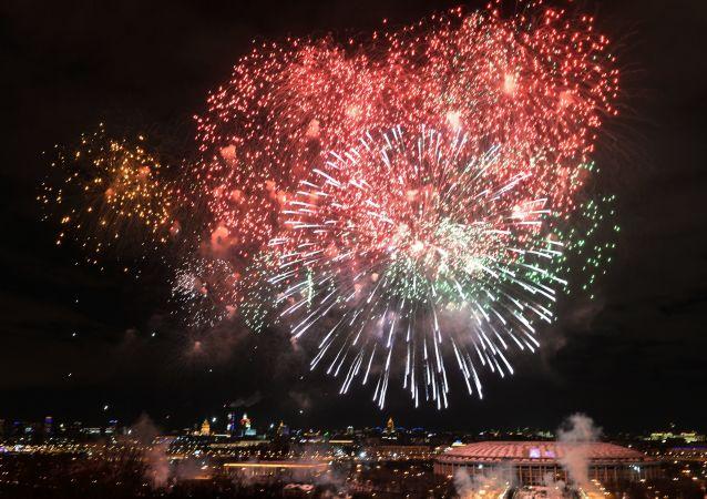 Slavnostní ohňostroj na počest Dne obránců vlasti v Moskvě