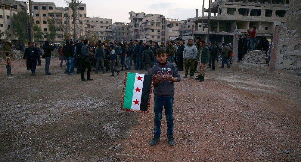 Chlapec s vlajkou umírněné opozice