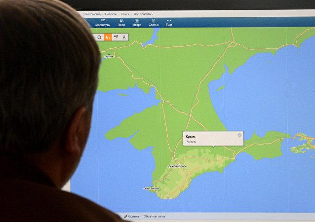 Muž se dívá na mapu Krymu