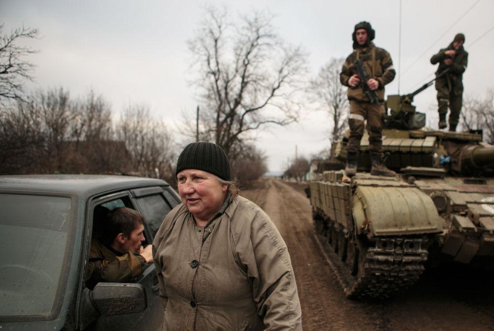 Místní obyvatelé se vracejí domů po osvobozeni Uglegorsku