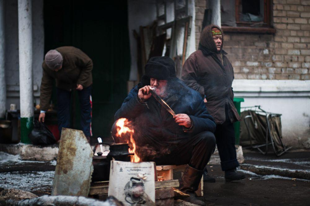 Místní obyvatelé v jedné z ulic Děbalceva