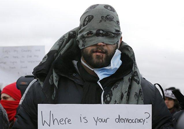 Běženci z Íránu si zašili ústa na znamení protestu proti demolici tábora v Calais