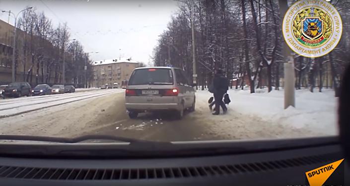 V Bělorusku milicionář zakryl dítě svým tělem před autem