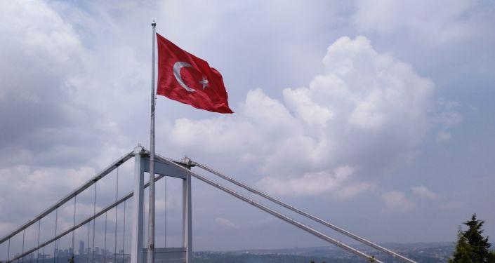 Turecká vlajka na pozadí Istanbulu