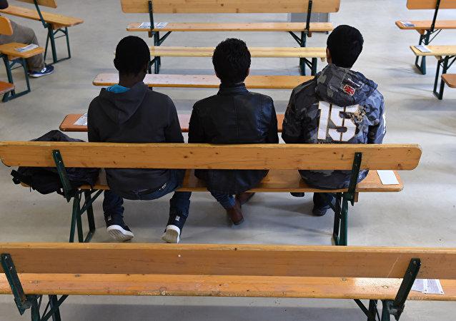 Migranti čekají na vyučovací hodiny pro uprchlíky v Mnichově