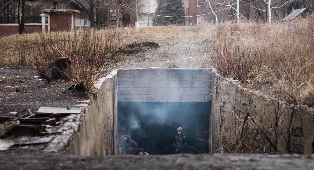 Obyvatelé Marjinky v protileteckém krytu, Doněcká oblast