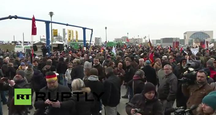 Tisíce lidí vyšly na mítink v Berlíně proti politice Merkelové