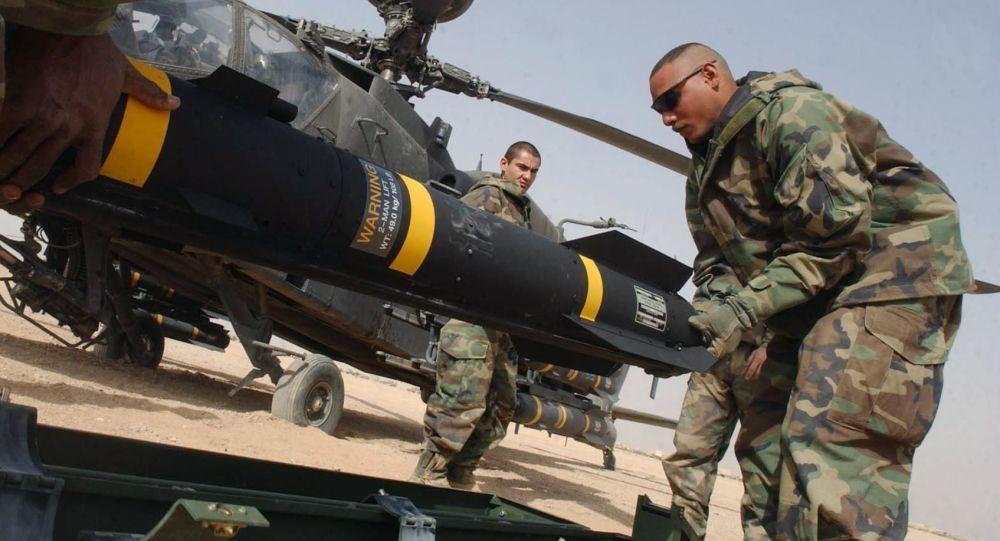 Američtí vojáci nesou protitankovou řízenou střelu Hellfire