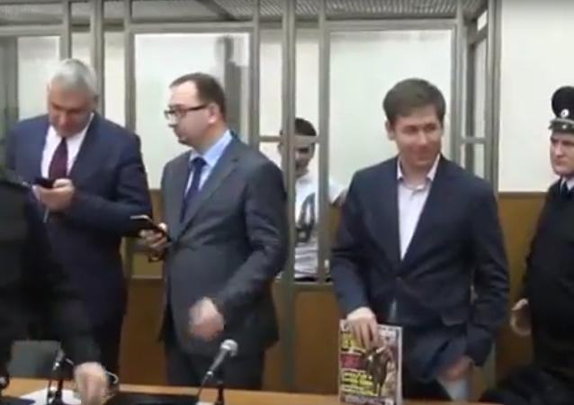 Naděžda Savčenková zpívá u soudu během vyhlášení trestu