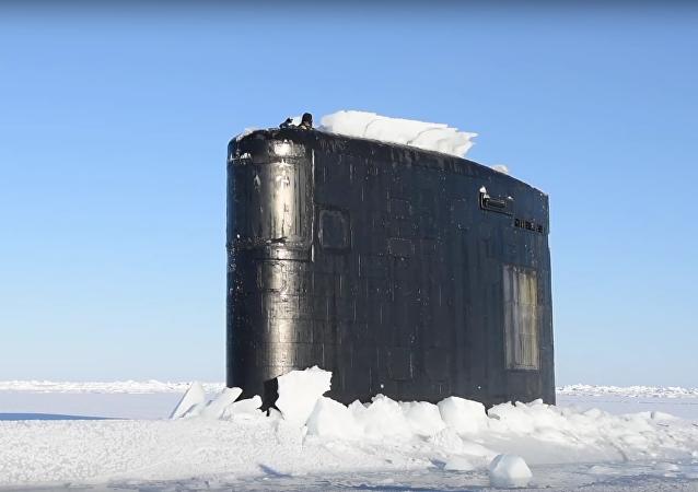 Americká atomová ponorka se vynořuje zpod silné vrstvy arktického ledu