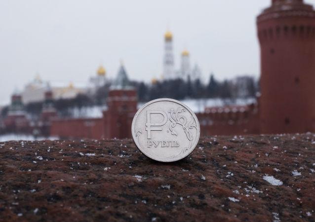 Rubl na pozadí Kremlu