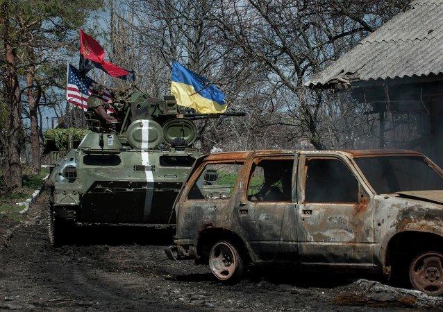 Ukrajinští vojáci jedou tankem s vlajkami Ukrajiny, USA a Pravého sektoru