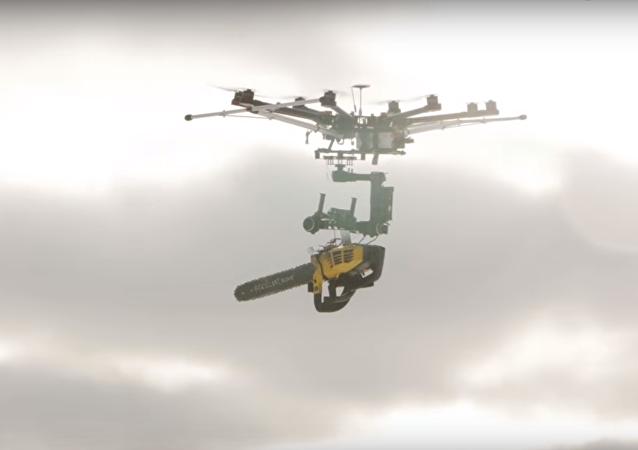 Dron s benzinovou pilou prohrál boj s nafukovacím balónkem