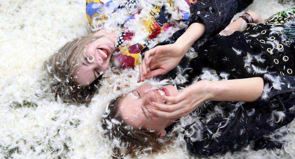 Dívky při polštářové bitvě