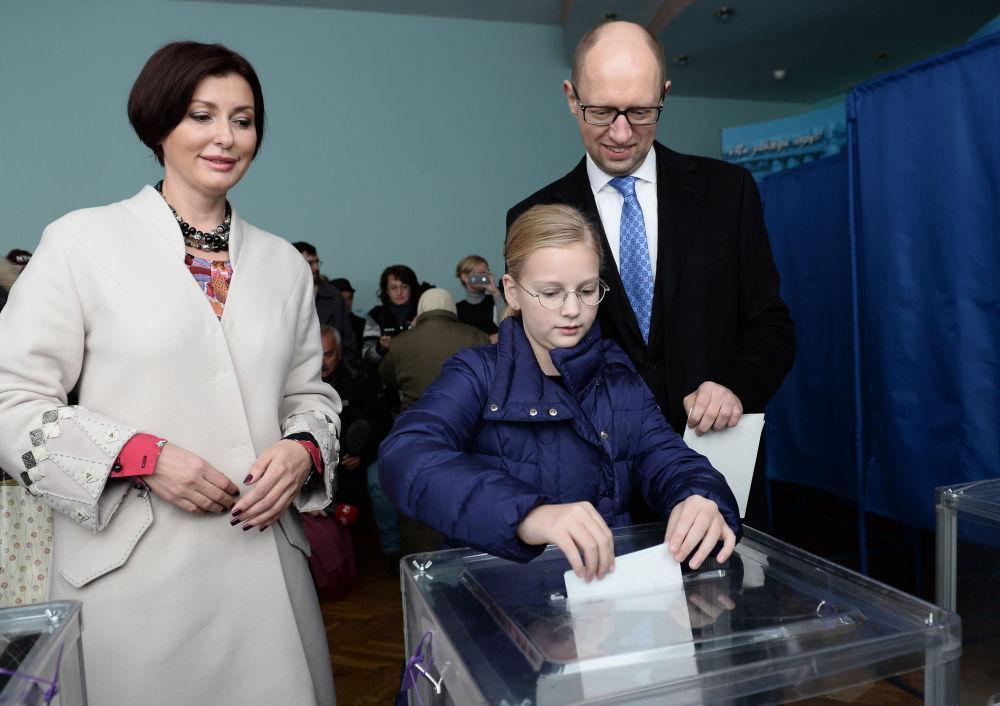 Politická cesta premiéra Arsenie Jaceňuka: přes plot k odstoupení
