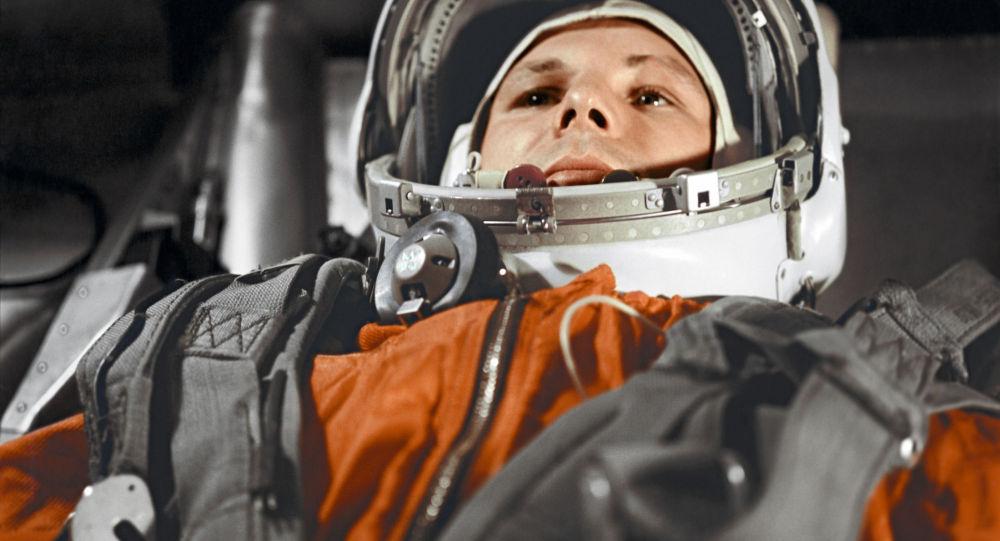 Za tři minuty deset Gagarin řekl, že přelétá nad Amerikou. V ten samý moment přišla do éteru informace TASS o vypuštění sovětské kosmické lodi