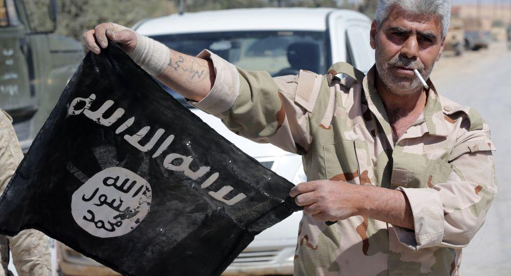 Syrský voják s vlajkou Daiš