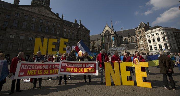 Mítink v Amsterodamu před referendem