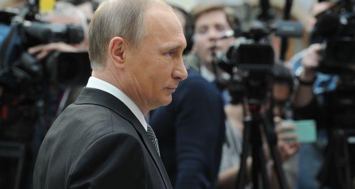 Ruský prezident Vladimir Putin odpovídá na otázky novinářů po Přímé lince