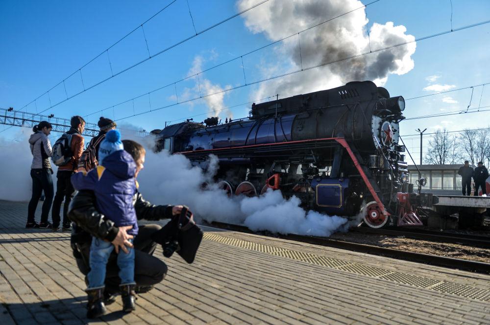 Turistický retrovlak na stanici ve Velikém Novgorodu