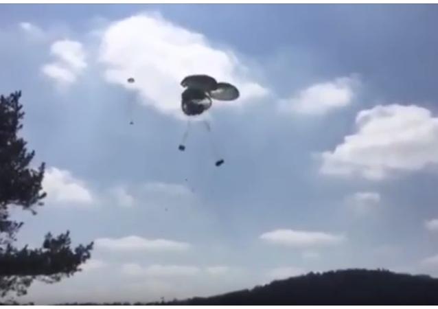Výsadkáři USA rozbili tři obrněnce při výsadku ze vzduchu. VIDEO