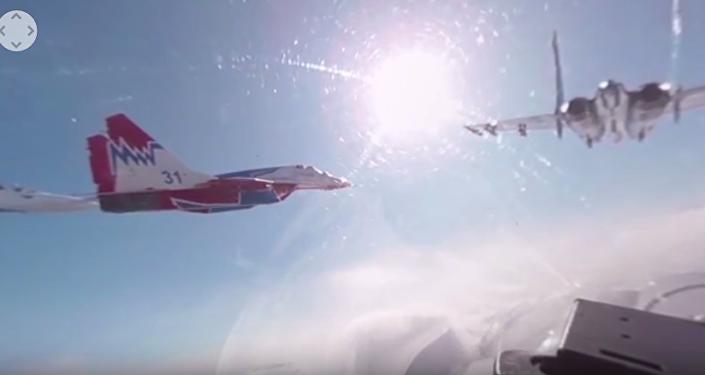 Zkouška vzdušné části přehlídky Vítězství z kabiny Su-27 Ruských vítězů