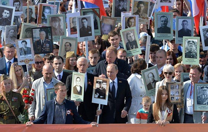 Vladimir Putin pochodoval v čele Nesmrtelného pluku v Moskvě, 9. května 2015