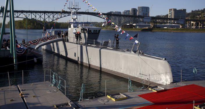 Američtí vojáci zahájili zkoušky bezpilotní lodě Sea Hunter