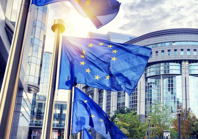 Vlajky EU před budovou EK v Bruselu