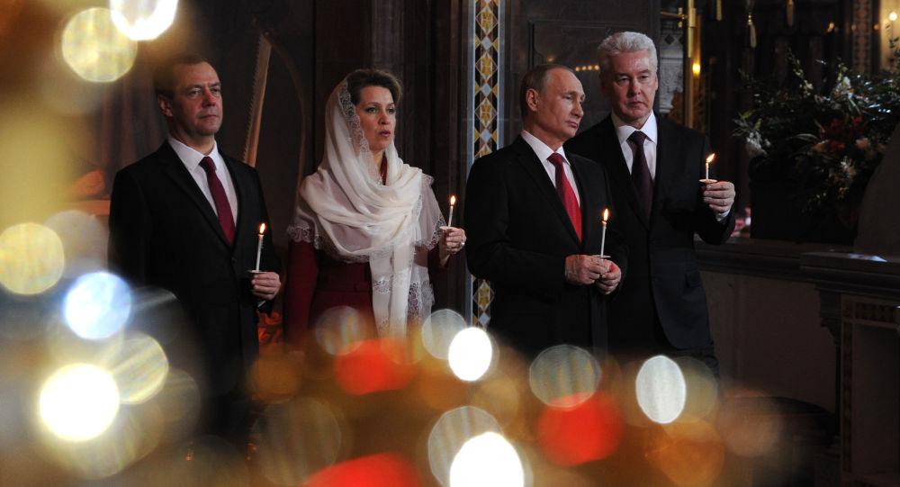 Ruský premiér Dmitrij Medveděv a prezident Ruska Vladimir Putin na velikonoční mši v chrámu Krista Spasitele v Moskvě