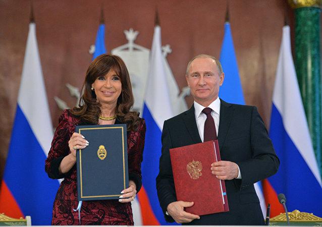 Ruský prezident Vladimir Putin a argentinská prezidentka Cristina Kirchner