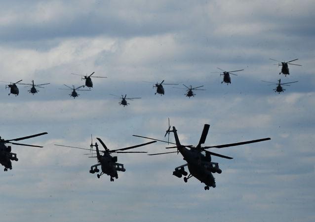 Vrtulníky na startu na vojenském letišti Kubinka