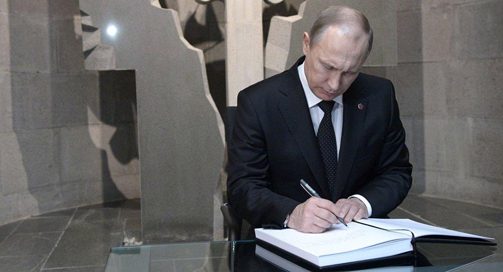 Ruský prezident Vladimir Putin navštěvuje Cicernakaberd, památník věnovaný obětem arménské genocid