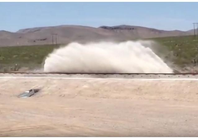 V nevadské poušti úspěšně vyzkoušeli vakuový vlak Hyperloop. VIDEO