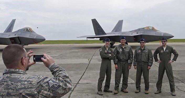 Američtí piloti a stíhačky F-22 na základně Kogalniceanu v Rumunsku 67