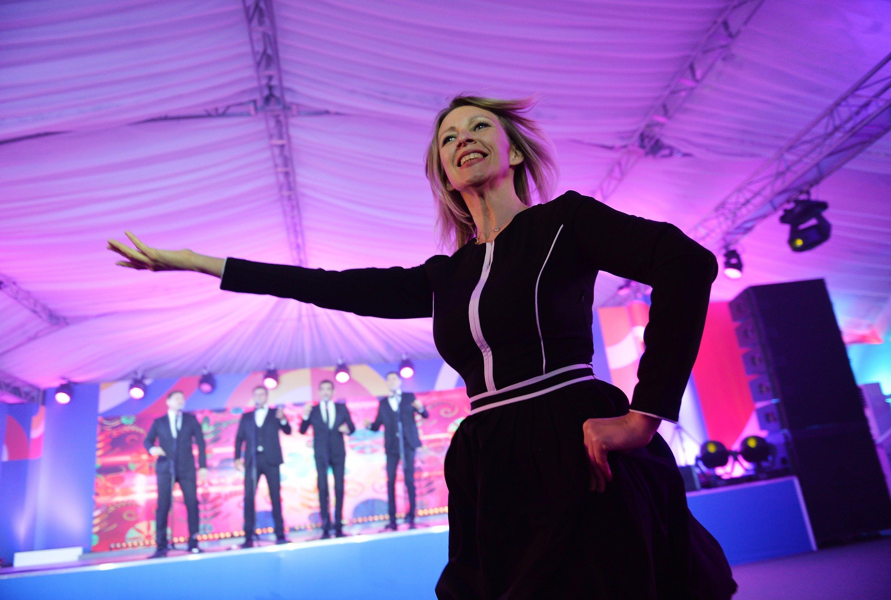Oficiální mluvčí ruského MZV Marie Zacharovová zatančila Kalinku