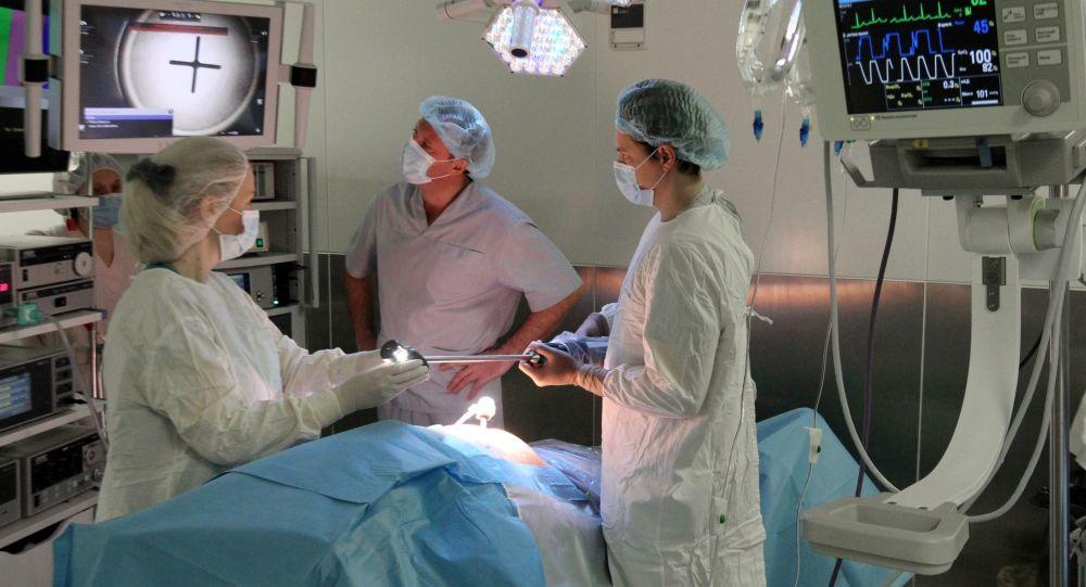 Přípravy na operaci s účastí robota Da Vinci