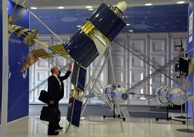 Satelit Gonets-M na výstavě ve Farnborough 2014